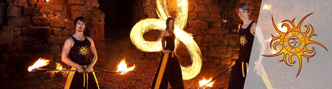 Iespaidīgs uguns šova priekšnesums no profesionāļiem meistariem